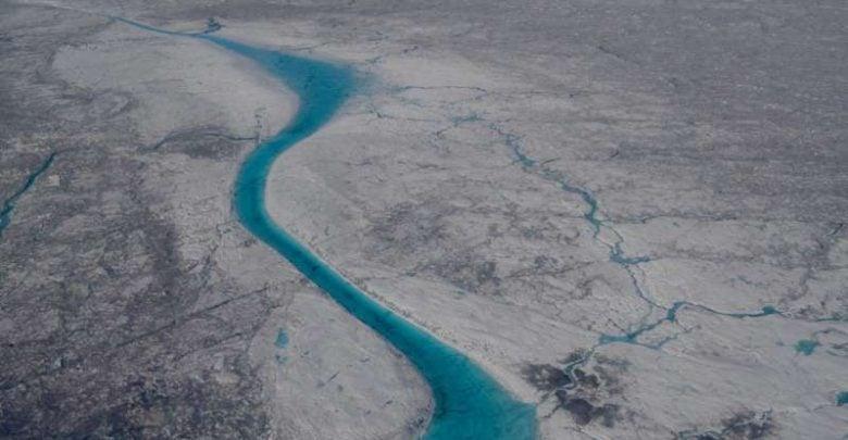 یخچالها و صفحات یخی منابع قابل توجه کربن آلی و مواد غذایی محلول برای اکوسیستمهای دریایی پایین دستی هستند. با افزایش جریانهای آبی از پهنههای یخی به دلیل تغییرات آب و هوایی، انتظار میرود که اثر انتشار مواد مغذی بر محیطهای پاییندستی محلی و منطقهای افزایش پیدا کند. با این حال، منشا و واکنشپذیری زیستی کربن آلی محلول از سطوح یخچالهای طبیعی به طور کامل شناخته نشده است.
